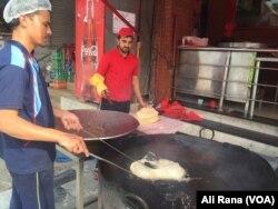 اسلام آباد کے ایک ریستوران میں روایتی ناشتے کے لیے پوریاں تلی جا رہی ہیں۔