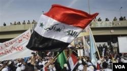 Warga Irak di kota Fallujah merayakan penarikan pasukan AS dari Irak dengan meneriakkan slogan-slogan anti Amerika (14/12).