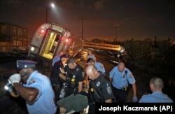 Đống đổ nát tại hiện trường tai nạn xe lửa.