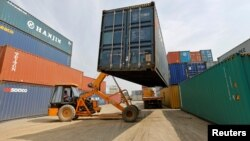Arhiva - Mobilni kran prenosi kontejner u luci u Sanandu, zapadnoj indijskoj državi Guđaratu, Indija, 13. februara 2017.