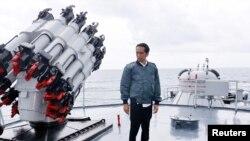 Presiden Joko Widodo meninjau KRI Imam Bonjol di perairan Kepulauan Natuna (23/6).