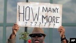 示威者在北查爾斯頓市市政廳外手持標語抗議警察濫殺