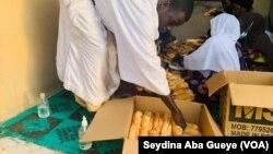 Des jeunes distribuent le ndogou à Dakar au Sénégal, le 27 avril 2021.