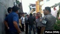 Pengamanan oleh polisi di kawasan jalan Lebak, Surabaya, tempat penggerebekan terduga teroris (Foto: VOA/Petrus)