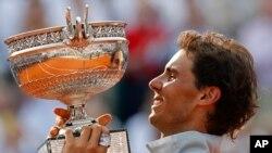 Španac Rafael Nadal drži trofej nakon pobede nad Novakom Djokovićem sa 3-6, 7-5, 6-2, 6-4 po setovima na turniru Rolan Garos, 8. juni, 2014.