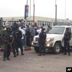 Des policiers entourant Etienne Tshisekedi, le leader de l'UDPS, Kinshasa, RDC, le 26 novembre 2011