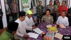 Wakil Gubernur Jawa Timur Saifullah Yusuf (kedua dari kiri) sedang berdialog dengan keluarga calon jamaah haji asal Pasuruan yang tertahan di Filipina, Kamis 25 Agustus 2016 (foto VOA-Petrus Riski).
