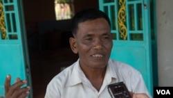 Ek Eam, suspected killer Eouth Ang's uncle talks to VOA Khmer on Thursday, July 14, 2016 in Siem Reap's Angkor Chum district. ( Leng Len/VOA Khmer)