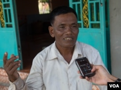 Ek Eam, the uncle of suspected killer Eouth Ang, talks to VOA Khmer in the Angkor Chum district of Siem Reap, Cambodia, July 14, 2016. ( L. Len/VOA Khmer)