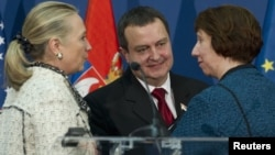 Serbian Prime Minister Ivica Dacic (C), U.S. Secretary of State Hillary Clinton and EU foreign policy chief Catherine Ashton (R) speak during a news conference at the Palace of Serbia in Belgrade October 30, 2012.