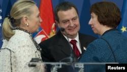 美国国务卿克林顿(左)欧盟外交政策主管阿什顿(右)与科索沃总理达契奇会谈