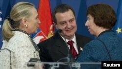 PM Serbia Ivica Dacic (tengah), berbicara dengan Menlu AS Hillary Clinton (kiri) dan pejabat Uni Eropa Catherine Ashton di Beograd, Selasa (30/10).
