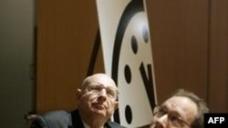 Ông Lawrence Krauss, phải, và Đại sứ Thomas Pickering tham dự buổi khánh thành Đồng Hồ Tận Thế (hình lưu trữ)