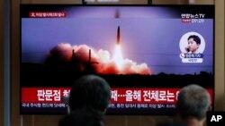 Warga Korsel menyaksikan peluncuran misil Korut di sebuah televisi di Seoul (foto: ilustrasi).