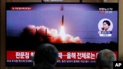 Người dân Hàn Quốc xem truyền hình tường thuật về vụ phóng tên lửa mới nhất của Triều Tiên.