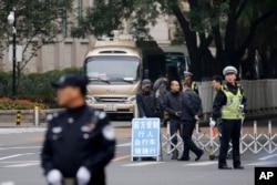 在中共十八届六中全会举行地点北京京西宾馆的入口处,警察和保安人员管制交通(2016年10月24日)