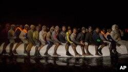 Para migran dari negara-negara Afrika berada di perairan Libya dengan perahu karet, untuk berusaha menuju ke Italia hari Minggu (5/3).