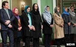 بیشتر مقامات سوئدی سفر کرده به تهران را زنان تشکیل می دهند.