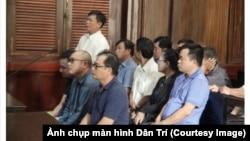 Các bị cáo tại phiên tòa xét xử đường dây buôn lậu ô tô từ Mỹ vào Việt Nam. 5 Việt kiều Mỹ đã bị phạt tổng cộng 300 triệu đồng vì tham gia đường dây này. (Ảnh chụp màn hình Dân Trí)