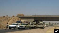 نیروهای امنیتی عراقی یک روز پس از تصرف موصل توسط داعش در جاده بغداد و موصل به سمت بغداد می روند - ۱۱ ژوئن ۲۰۱۴