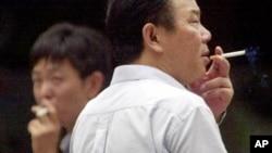 2001年8月16日中国上海: 最新研究预测中国所有吸烟年轻人的三分之一会在未来几十年内死亡