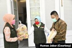 Ketua Umum Jabar Bergerak Atalia Ridwan Kamil secara simbolis menerima bantuan 1.000 paket sembako dari Paguyuban Hegarmanah, di Kota Bandung, Kamis (2/4/20). (Foto: Courtesy/Humas Jabar)