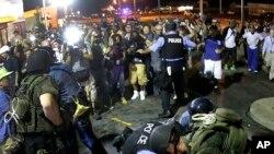 美国密苏里州弗格森镇的居民为黑人青年布朗被枪杀而走上街头抗议。图为2014年8月20日警察在驱散抗议者时逮捕了一名抗议者。