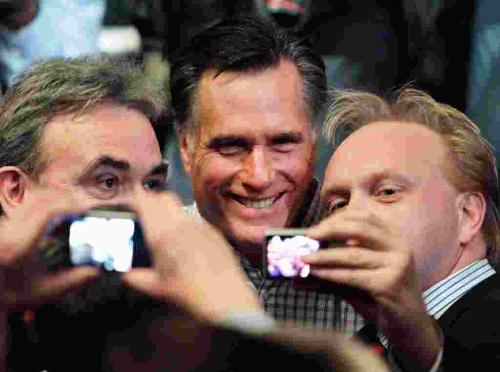 Bakal calon dari Partai Republik Mitt Romney berpose bersama para pendukungnya di Gedung Opera Rochester, New Hampshire, 8 Januari (AP).