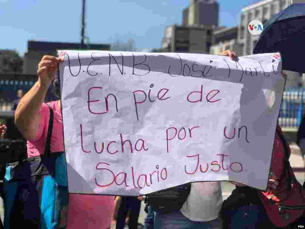 El presidente de la Asociación de Profesores Universitarios de la Universidad Central Venezuela, Víctor Márquez, anunció el lunes en una conferencia de prensa que su gremio también se unía al paro.