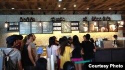 Cửa hàng Starbucks đầu tiên ở Việt Nam (Ảnh: Lan Vi)