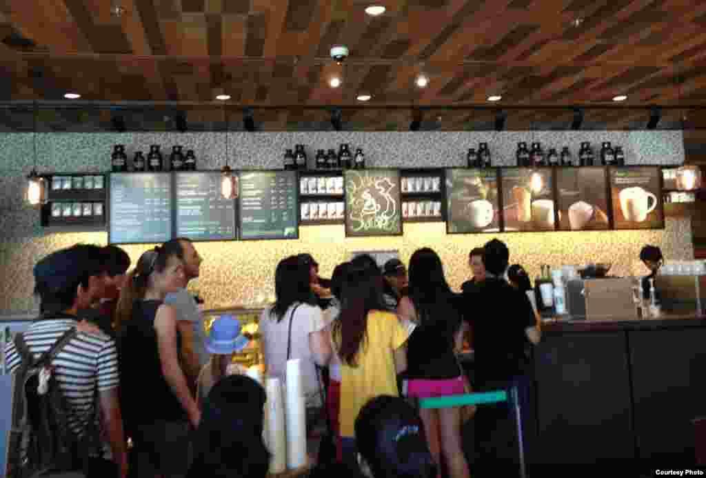 Khách hàng tại cửa hàng Starbucks đầu tiên ở thành phố HCM (ảnh: Lan Vy)