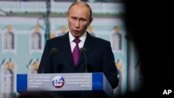 El presidente ruso Vladimir Putin confirmó que Edward Snowden se encuentra en el aeropuerto de Moscú, pero dijo que no se le entregará a Estados Unidos.