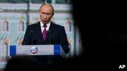 Владимир Путин открывает ПМЭФ 2013
