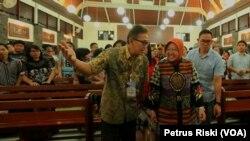 Wali Kota Surabaya Tri Rismaharini saat mengunjungi sejumlah gereja di Surabaya saat perayaan malam Natal, 25 Desember 2019. (Foto: VOA/ Petrus Riski).