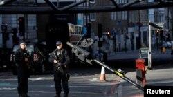 Naoružani policajci stoje u blizini Borou marketa u Londonu