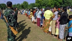Burmese citizens line up for food at the Border Patrol Police base in Thailand's Mae Sot town following fighting between Myanmar soldiers and ethnic Karen fighters, 08 Nov. 2010.