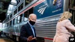 Demokratski kandidat Džo Bajden sa suprugom Džil ukrcava se u Amtrakov voz u Pensilvaniji, 30. septembra 2020.