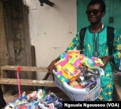 Charlen Kinouani préparant les colis pour le Pool, au Congo-Brazzavile, le 22 décembre 2017. (VOA/Ngouela Ngoussou)