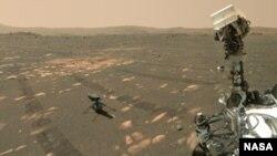 Wahana penjelajah Mars milik NASA tampak dengan helikopter Ingenuity, 6 April 2021. Foto diabadikan dengan kamera WASTON pada lengan robotik yang terpasang di wahana, pada hari ke-46 Mars.