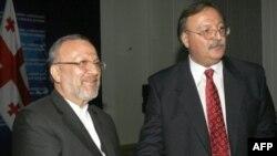 Министры иностранных дел Ирана - Манучер Моттаки и Грузии - Григол Вашадзе после подписания соглашения об отмене визового режима 3 ноября 2010 года.