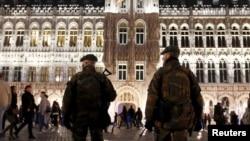 """比利时军人2015年圣诞夜时在布鲁塞尔大广场上的""""冬日奇迹""""景点周围巡逻"""