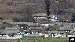 한국 강화도에서 바라본 북한 개풍군 마을 (자료사진)