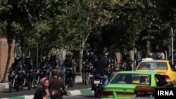 نیروهای امنیتی روز یکشنبه حضور پررنگی در اطراف سفارت بریتانیا داشتند