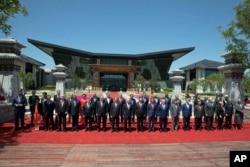 """在北京雁栖湖国际会议中心,出席""""一带一路""""国际合作高峰论坛的各国领导人合影(2017年5月15日). 有29个国家的元首和政府首脑参加。工业七国集团成员国的领导人都没有参加这次峰会。印度由于不满中国把与巴基斯坦合作的""""中巴经济走廊""""纳入一带一路而且计划在印巴争夺主权的克什米尔地区兴建水坝,没有派代表团参加这次会议。"""