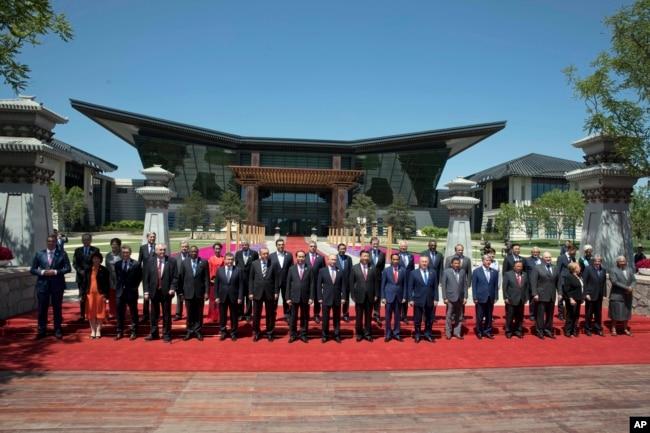 """在北京雁栖湖國際會議中心,出席""""一帶一路""""國際合作高峰論壇的各國領導人合影(2017年5月15日). 有29個國家的元首和政府首腦參加。 工業七國集團成員國的領導人都沒有參加這次峰會。 印度由於不滿中國把與巴基斯坦合作的""""中巴經濟走廊""""納入一帶一路而且計劃在印巴爭奪主權的克什米爾地區興建水壩,沒有派代表團參加這次會議。"""