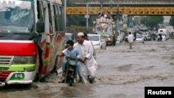 کراچی میں پیر کو ہونے والی بارش کے بعد ایک مرکزی سڑک برساتی پانی میں ڈوبی ہوئی ہے۔