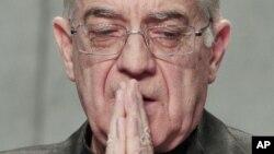 El portavoz del Vaticano, Federico Lombardi, dijo que la investigación sobre otras personas involucradas sigue abierta.