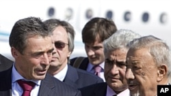 星期一利比亞過渡政府國防部長(右)在的黎波里歡迎北約秘書長拉斯穆森