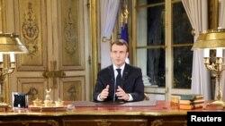 Presiden Perancis Emmanuel Macron menyampaikan pidato kenegaraan dari istana Elysee, Paris, Perancis, menanggapi empat minggu protes jaket kuning, 10 Desember 2018.