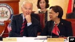 El vicepresidente Joe Biden escucha a la primera ministra de Trinidad y Tobago, Kamla Perad/Bissessar durante su encuentro en ese país. Biden inicia su visita a Brasil este miércoles.